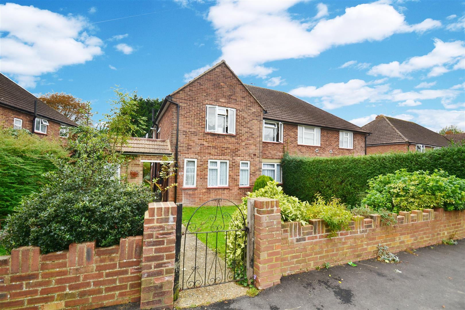2 Bedrooms Maisonette Flat for sale in The Crescent, Horley